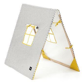 Laat de kinderen nu kamperen in deze stijlvolle tent van het Deense merk Ferm Living. De tent is gemaakt van zacht katoen en heeft een klassiek gestreept patroon met twee ramen en een vouwbaar houten frame.