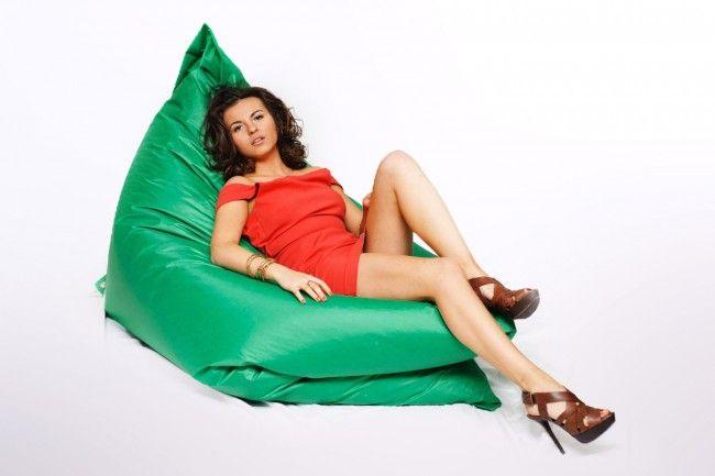 Кресло-мешок ПОДУШКА – самая универсальная наша модель. Если не можете определиться, что нужнее: кресло, диван или лежак, максимального размера или может поменьше – заказывайте подушку и не ошибетесь. Поставив ее на короткое ребро, можно с комфортом сидеть, как на кресле. Стоя на длинном ребре, она послужит диваном. А лежа плашмя – удобным спальным местом.