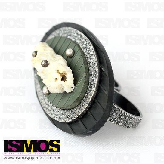 ISMOS Joyería: anillo para dos dedos de plata, plástico y piedra encontrada // ISMOS Jewellery: silver, plastic and found stone ring for two fingers