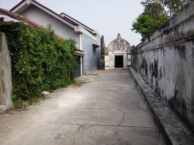 De smalle straatjes in het Kraton zorgen ervoor dat je opeens op een ondergrondse tunnel stuit.