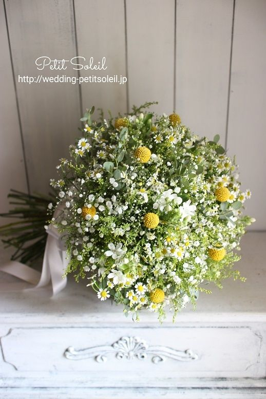 こちらもお問い合わせの多いブーケです。かすみ草に、黄色と白の小花、ユーカリを合わ...
