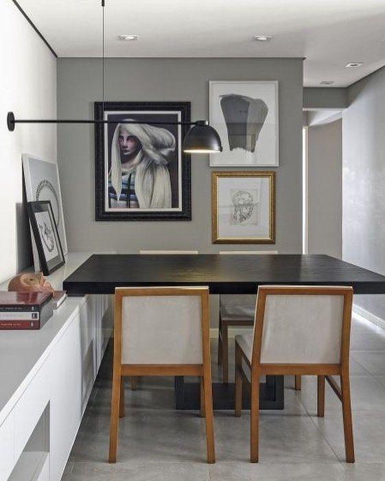 """Você já ouviu falar em """"Gallery Wall""""? Pois bem essa é uma tendência que vem tomando conta do mundo. Que tal transformar """"aquela"""" sua parede sem graça na principal atração da sua sala ou até mesmo do seu quarto escritório lavabo...... ME SIGAM TAMBÉM @millenniummoveiseobjetos @luhpelomundo . . . #decoramundo#arquitetura #olioliteam #millenniummoveiseobjetos #ambiente #archdecor #archdesign #homestyle #homedecor #interiordesign #love #inspiration#pickoftheday #lovedecor #archlovers…"""