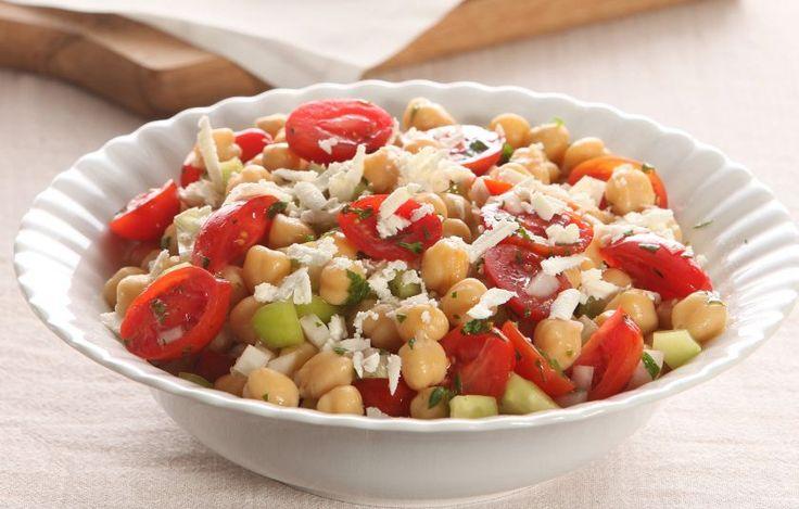 Χωριάτικη αλλιώς... με ρεβίθια. Δοκιμάστε την και θα μείνετε έκπληκτοι με το πώς δένουν οι γεύσεις των φρέσκων λαχανικών.