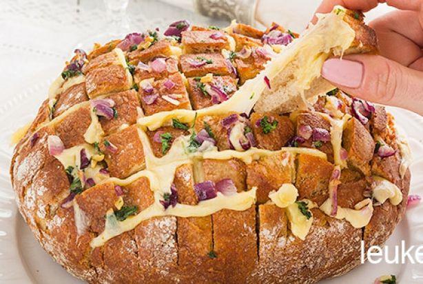 Borrelbrood met kaas, ui en knoflook