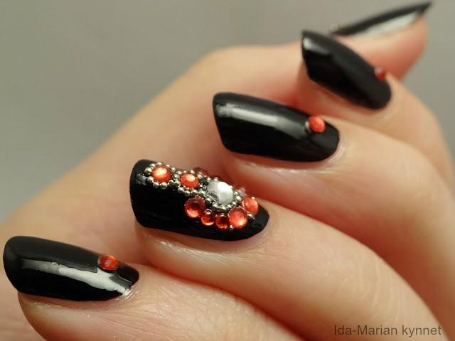 Ida-Marian kynnet: Mustat korukynnet punaisella ja hopealla