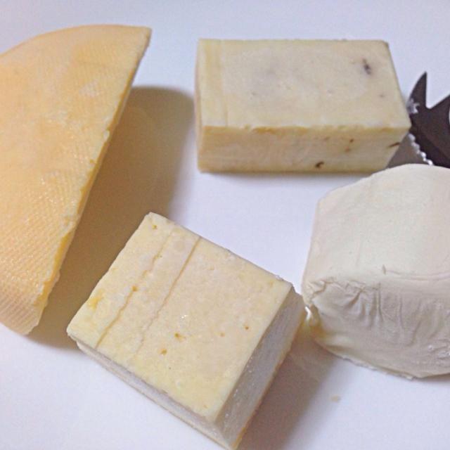 四種類のチーズ。スモークド・ゴーダチーズ、黒胡椒入りチェダーチーズ、ヤギの乳のチーズ、イタリアのチーズ(Formaggio di Montagna)。 - 1件のもぐもぐ - チーズ by Takki
