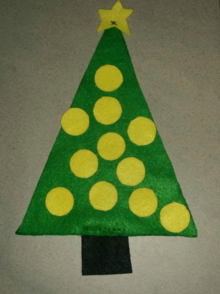 Vilten kerstbomen: hang de ballen in de boom (met dezelfde kleur ster)