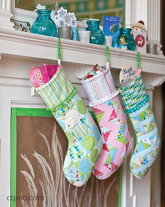 O feriado moderno: Plataforma os salões com 18 Costura Projetos • Quilts, meias, decorações e Mais por Amanda Murphy