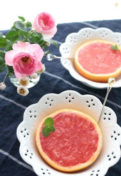 果肉たっぷりなふんわり甘いピンクグレープフルーツゼリーです。  少しだけ余った分でフルーツゼリーも作りました。  ピンクグレープフルーツに限らず、普通のグレープフルーツやオレンジなどでも作れます。