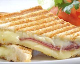 Croque-monsieur au jambon dégraissé et fromage de chèvre : http://www.fourchette-et-bikini.fr/recettes/recettes-minceur/croque-monsieur-au-jambon-degraisse-et-fromage-de-chevre.html