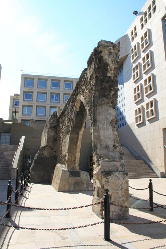 Vous l'avez sans doute déjà aperçu, et vous vous êtes demandés qu'est ce que faisait un aqueduc en vieilles pierres au milieu du bâtiment du Conseil régional PACA, en face de la Porte d'Aix