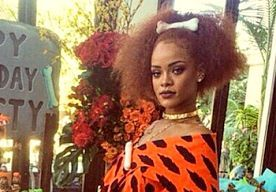 9-Jun-2015 11:48 - RIHANNA VERKLEED IN 'STOUTE' FLINTSTONE OUTFIT VOOR SPECIALE GELEGENHEID. RiRi is niet vies van een kostuumfeestje. Speciaal voor de verjaardag van haar nichtje, Majesty, ging Rihanna verkleed als Pebbles van de Flintstones.