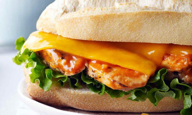 Ce sandwich de poulet grillé est digne d'un prix et met en valeur le goût ultime d'une sauce barbecue faite maison. Le sirop d'érable y ajoute un goût sucré qui donne à ce sandwich l'allure d'un repas extraordinaire.   Le Poulet du Québec