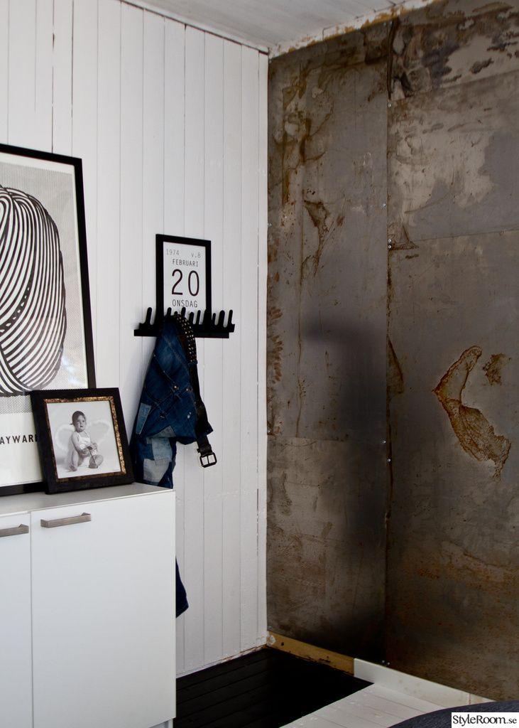 sovrum,renovering,svart,vitt,säng,tapet,trägolv,plåt,belysning,roy lichtenstein