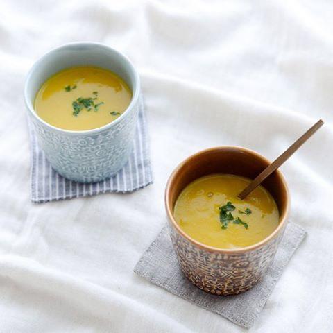 #4コマレシピ 料理家・フルタヨウコさんに教わる、秋の根菜をつかったレシピ、今回は「かぼちゃのポタージュ」です。さらりと食べられて、でもコックリとおいしいスープは、朝ごはん用にも、夜ごはんのおかず用にもぴったり!この後の投稿でつくり方をお届けしますね。 ▶︎くわしいレシピはサイトでご紹介しています http://hokuohkurashi.com/note/88347 #北欧暮らしの道具店 #おうちごはん #うちごはん #レシピ #おうちカフェ #うちカフェ #スープ #ポタージュ #かぼちゃ #かぼちゃのポタージュ