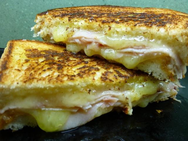 sandwich a la plancha de jamón y queso. Ver la receta http://www.mis-recetas.org/recetas/show/40620-sandwich-a-la-plancha-de-jamon-y-queso