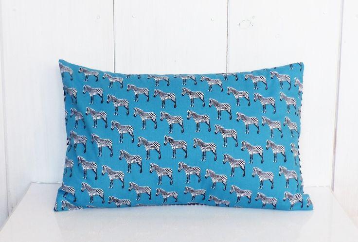 Coussin - 40 x 25 cm - Tissu motifs Zèbres bleu et triangles noirs et blancs - rempli et déhoussable : Textiles et tapis par zig-et-zag