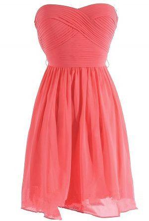 Yo deseo que la dama de honor lleve un vestido corto pero la vestida no es rosado, el vestido es morado.
