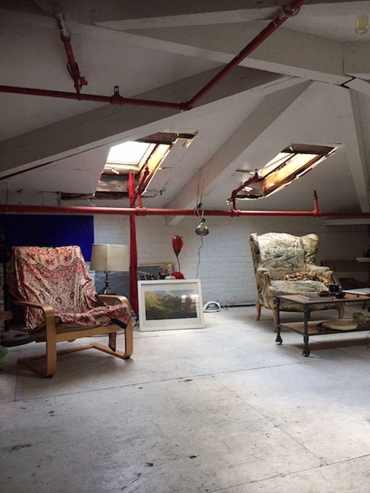 11人のアーティストが暮らす、ニューヨーク・ブルックリンのレトロなアパートメントにある屋根裏部屋