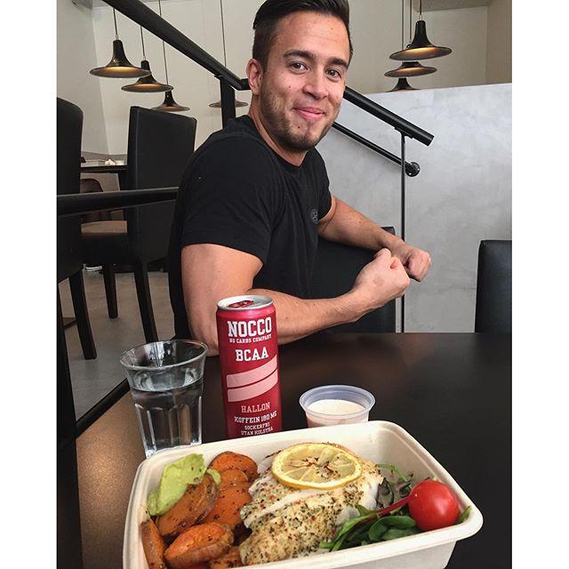 https://www.instagram.com/p/BFi6nWONSEB/ Lillgains hos chefskocken Andrew som nyss bytt adress med sitt @Mealprep.se  Olofsgatan 6, nära Hötorget i Sthlm. Sick så bra mat  Kyckling, sötpotatis och chilisås gjord på kvarg. Jag kan äta bra när förutsättningarna finns till det  Längtar tills vi kör invigningen kompis!  #Mealprep #Nocco #Andyvet #lillgains #pratadekläder edyourbigger