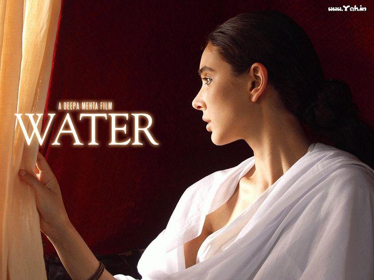 """Water - Deepa Mehta 2005 - DVD01465 -- """"1938: la renommée du Mahatma Gandhi grandit à travers le pays. Chuyia, 8 ans, découvre à la fois qu'elle est mariée & que son époux vient de mourir. Selon la tradition hindouiste, elle doit subir le sort réservé aux veuves, à savoir vivre recluse dans un ashram pour le restant de ses jours. Forcée de se prostituer, cette dernière s'éprend du jeune Narayan qui, bien qu'issu d'une riche famille, est un fervent partisan de Gandhi."""""""