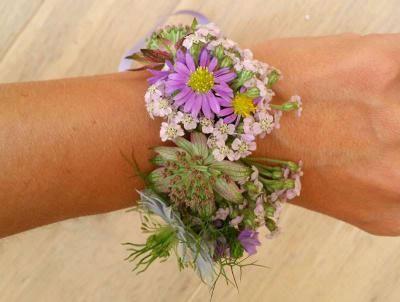 Chouette alternative au bouquet traditionnel de demoiselle d'honneur : optez pour un bracelet fleuri à créer vous-même