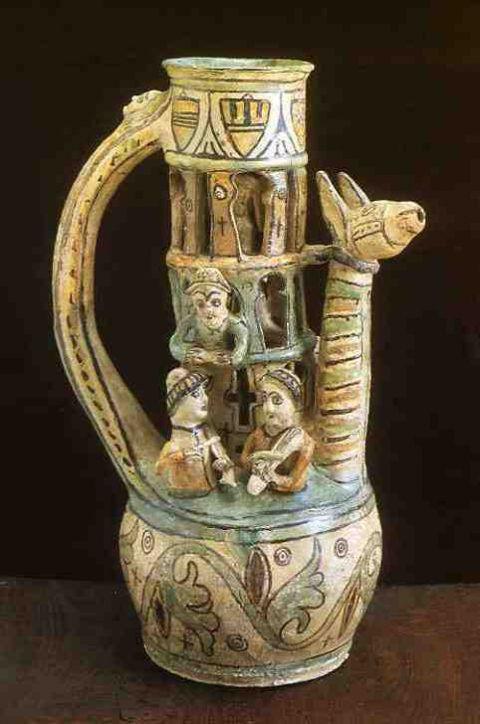 Pot surprise, Saintonge 1300 ( le sommet était recouvert d'un bouchon, qui sous le poids d'une main pressante laissait jaillir de la gueule de la créature le précieux liquide) France / pitcher / 14th century / wine