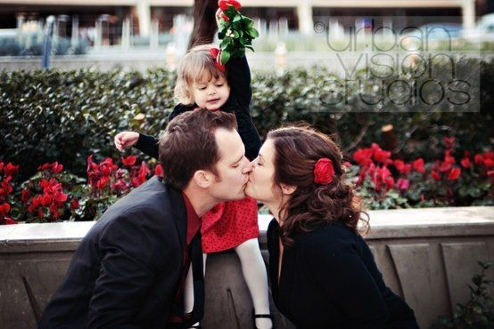 100 photos to inspire your christmas cards.  This picture would be super cute too if they were under a mistletoe and the parents were kissing the kid's cheeks