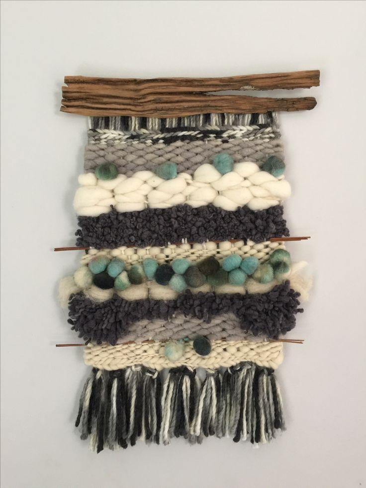 Telar hecho a mano con lanas del sur de Chile. 35 x 55 cm. Palos encontrados en la naturaleza y restaurados aportan el toque rústico.
