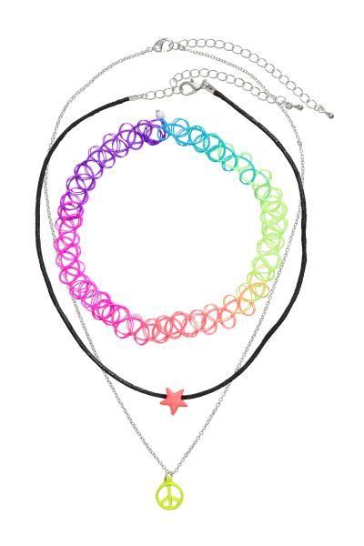 Top cu volane suprapuse: Top fără mâneci, din țesătură, cu volane diagonale din șifon în față, cu deschizătură cu nasture în spatele gâtului.