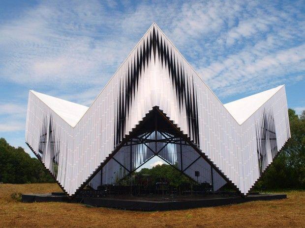 Didzis Jaunzems Arhitektūra a été chargé de la conception d'un pavillon extérieur dans le parc national de Gauja, près de Sigulda, en Lettonie.  Au lieu de simplement concevoir une structure fonctionnelle pour les événements en direct comme des concerts, des spectacles, les architectes ont créé une pièce sculpturale de l'art cinétique. Sous la structure, l'ambiance et l'espace sont parfaits pour abriter tous types d'évènements et tous le matériel vidéo, son et lumière.