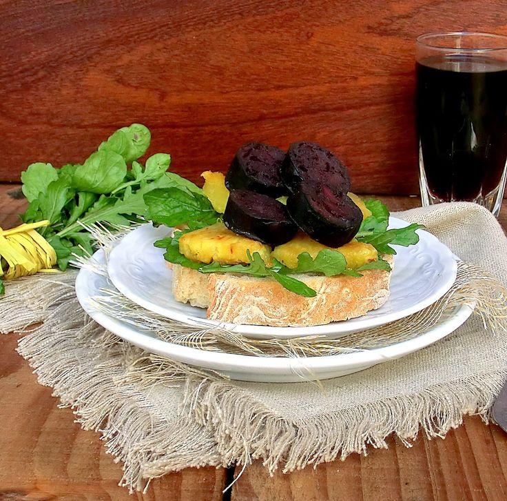 Tapas de Chouriço Mouro com Rúcula e Abacaxi Grelhado