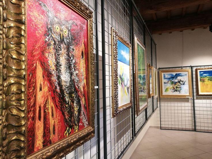 """Isola del Libro Trasimeno, spazio all'arte con la mostra di Mauro Capitani. A seguire l'inaugurazione dell'esposizione, è stata la presentazione del libro """"Perugia a luci rosse"""" di Sandro Allegrini"""