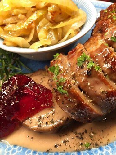 Köttfärslimpa med stekt lök och pepparsås