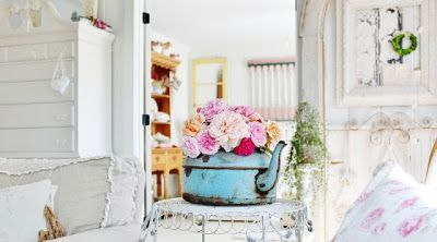 Shabby and chic, wall panels, pillows, pillows, sofa.