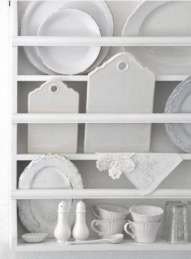 Bijzonder rek met grijs/wit servies geeft een nostalgische look aan een keuken
