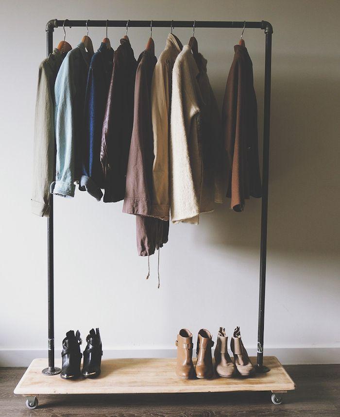 Dressing Ouvert Porte Manteau Original Metallique Avec Rangement Chaussures  En Bois Et Roulettes Montées