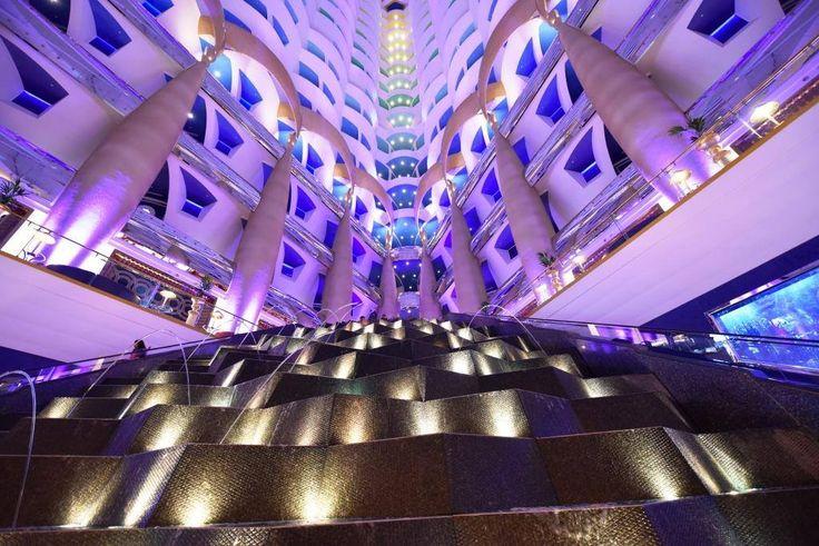 Die Fotos zeigen die Lobby des 7-Sterne Hotels Burj Al Arab. Erhalten Sie immer die besten Angebote mit unserem kostenlosen Newsletter: http://www.first-class-and-more.de/newsletter