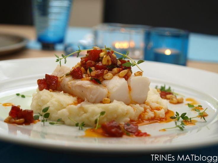 """Torsk er en relativt nøytral fisk som ofte tåler tilbehør med smak og """"trøkk"""". Jeg har her valgt chorizo som er en krydret, spansk pølse med fremtredende smak av paprika. Chorizoen får følge med en god olivenolje, soltørket tomat, hvitløk, pinjekjerner, chili og timian. Du kan selv tilpasse styrken ved å regulere mengden av chili og hvitløk."""