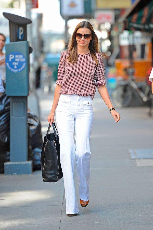 Miranda Kerr usa calça flare com anabelas