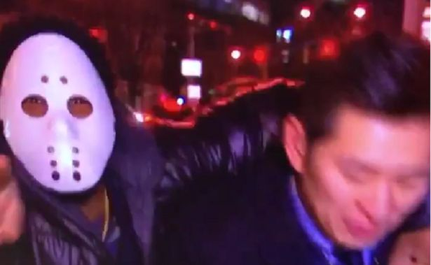 (VIDEO) Sujeto con máscara de hockey ataca a reportero durante transmisión en vivo - http://www.esnoticiaveracruz.com/video-sujeto-con-mascara-de-hockey-ataca-a-reportero-durante-transmision-en-vivo/