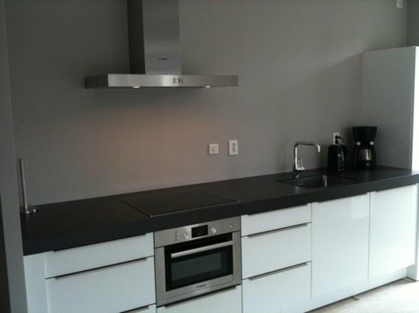 17 beste idee n over grijze keukens op pinterest beschilderde keukenkastjes grijze kasten en - Keuken rode en grijze muur ...