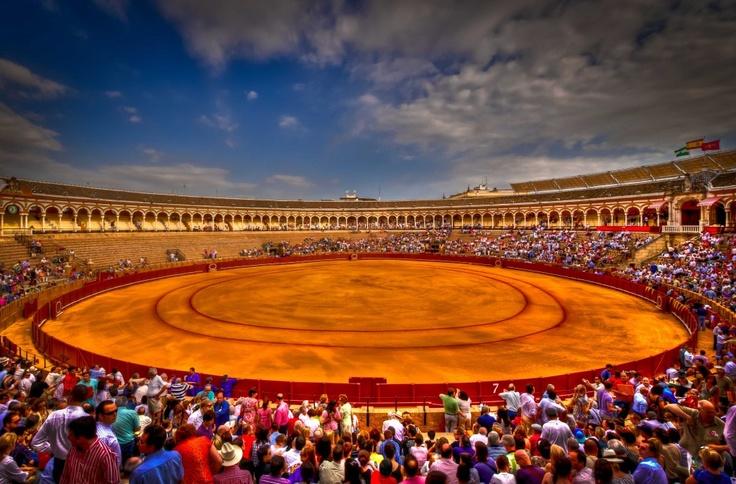 7. La Plaza de Toros de la Real Maestranza de Caballería de Sevilla en Sevilla es la arena del deporte de toros más antiguo