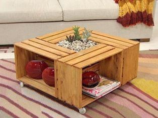 mesa de centro hecha con guacales de frutas y verduras