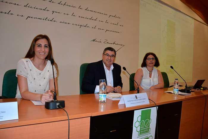 El alcalde de Vélez-Málaga, Antonio Moreno Ferrer, y la concejala de Bienestar Social e Igualdad, Zoila Martín, han inaugurado la jornada 'Nuevas Adiciones:   #aniversario #centro comarcal #drogodependencia