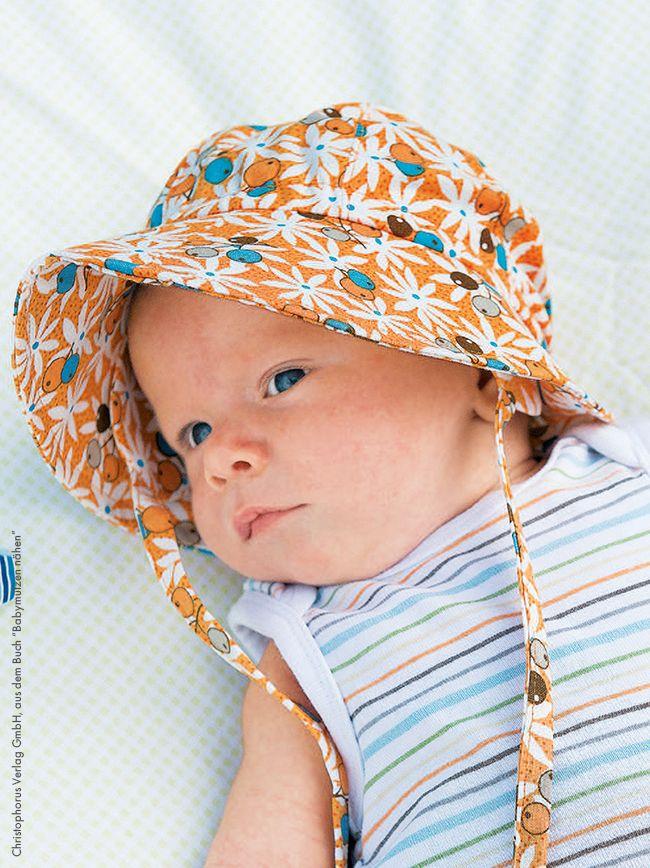 Sonnenschutz ist das A und O für die Kleinen, wenn es draußen schön warm und sonnig ist. Aber Sonnenmützen mit Nackenschutz sind oft nicht einfach zu bekommen oder völlig überteuert. Wir zeigen dir mit einer wunderbaren Anleitung von Cecilia Hanselmann, wie du so eine praktische Mütze für Babys selber nähen kannst!