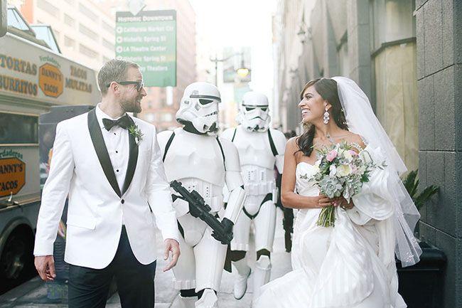 """Se você é fã da série de filmes """"Star Wars"""" vai pirar com este casamento temático. Ele foi todo inspirado nas histórias de George Lucas, com direito a Princesa Leia como dama de honra e um mini Exército dos Clones como escolta, gente – muito, muito, muito amor."""