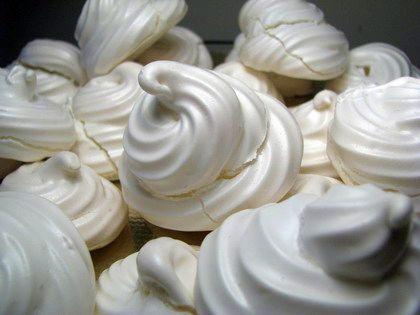 """Yumurtanın akı ve pudra şekeri ile yapılan bir tür """"köpük kurabiye"""" olan beze, Fransız mutfağında """"mereng"""" olarak bilinir."""