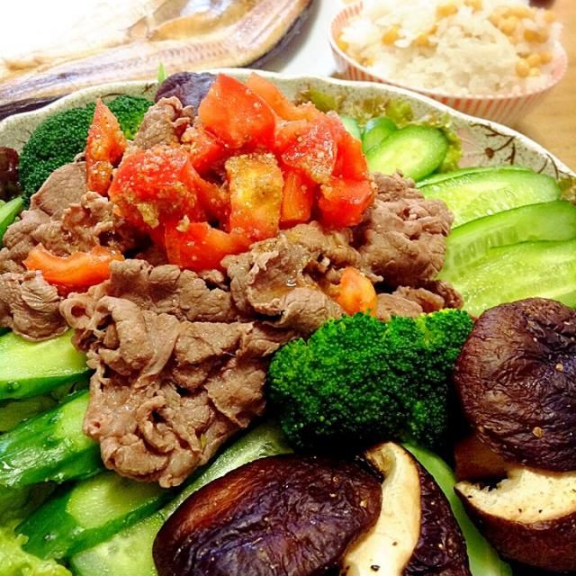 塩トマトにごま油とすりごまを加えてドレッシングにして、ゆでた牛肉を和えた作り置きおかずです。それを生野菜の上にのせたらおかずサラダの出来上がりです - 78件のもぐもぐ - 牛肉サラダ⭐️塩トマト中華風ドレッシング by peacefulriver