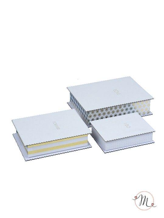 Set 3 scatole dolci ricordi.  Eleganti scatole in cartoncino bianco con disegni dorati e scritte dorate. Ogni scatola ha una dimensione diversa e una scritta diversa ( love, forever, i do ). Ideali per conservare i vostri ricordi d'amore, come lettere, bigliettini di auguri, fotografie, oggettini.  Misure: scatola grande ( 21x16x6 ),  scatola media ( 18x13x5 ),  scatola piccola ( 14x10x4 ). #matrimonio #wedding #accessorisposi #ricordi #love #forever #ido #accesorios #ehe